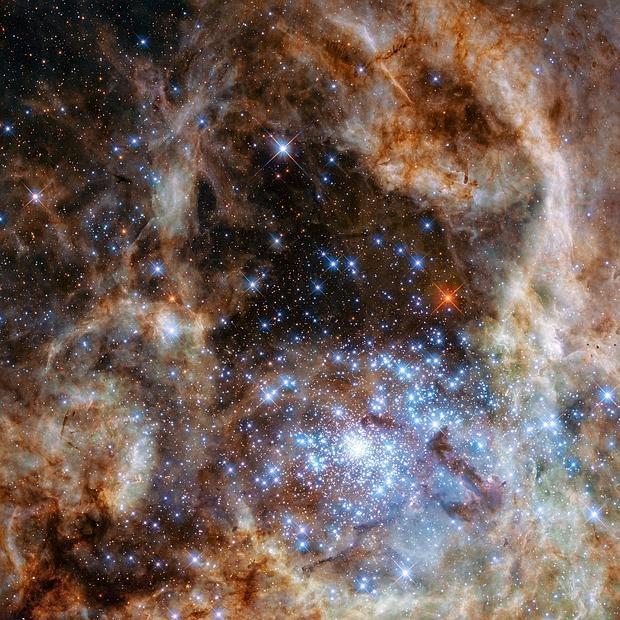 La región central de la nebulosa de la Tarántula en la Gran Nube de Magallanes. El cúmulo de estrellas R136 joven y denso se puede ver en la parte inferior derecha de la imagen - NASA, ESA, P Crowther (University of Sheffield)