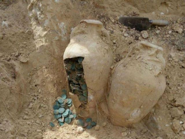 Una de las ánforas con monedas de bronce halladas en Tomares. EUROPA PRESS
