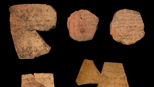 Fragmentos conocidos como ostraca encontrados en la fortaleza de la Edad de Hierro de Arad, al sur de Israel - EFE