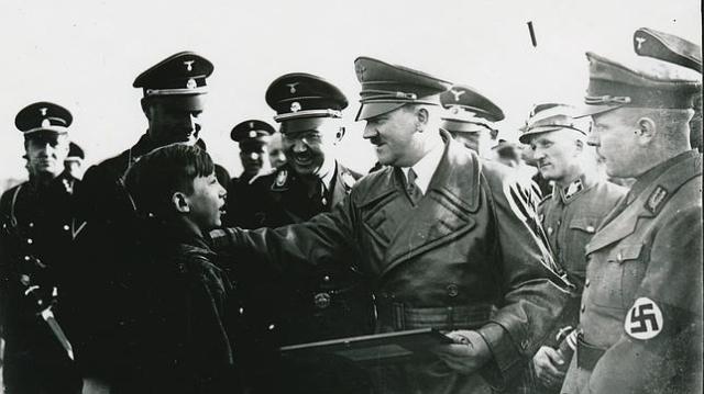 Hitler saluda a un niño en 1935 - NGC
