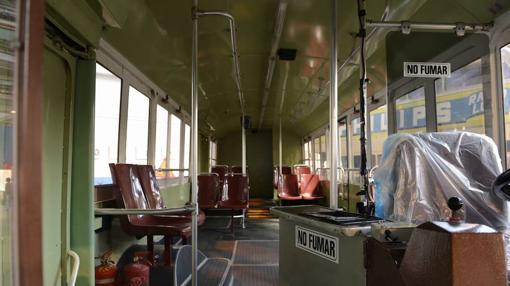 Interior de uno de los autobuses de exposición en el Museo de la EMT- MAYA BALANYA