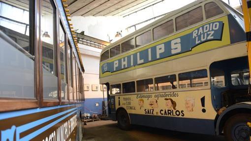 Autobús de dos plantas, modelo «Guy», de 1948 con publicidad de la época- MAYA BALANYA