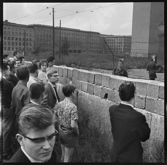 Berlineses observan las obras del Muro, en 1961. DON MCCULLINMAGNUM PHOTOS/CONTACTO