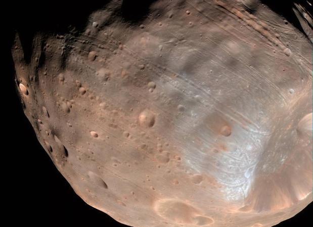 El «reimpacto» de rocas explicaría parte de las extrañas formaciones que se aprecian en la superficie de la castigada luna de Marte - NASA/JPL-Caltech/University of Arizona