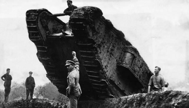 Tanque británico sobre una trinchera en el Somme en 1916. Cordon press