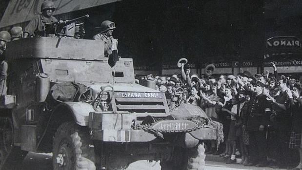 Uno de los vehículos de «La Nueve» entrando en París - ARCHIVO ABC