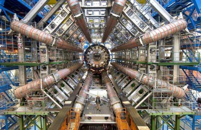 Vista del interior de uno de los detectores de partículas del Gran Colisionador de Hadrones (LHC) del CERN en Ginebra, Suiza. CERN