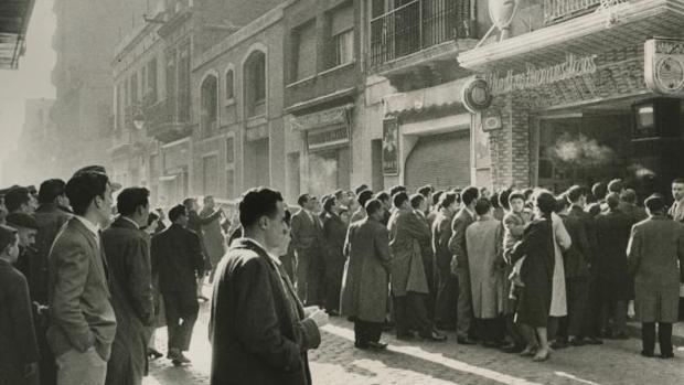 En la imagen, tomada en 1959, el público se congrega en la calle para ver un partido entre el Real Madrid y el Barcelona - Josep Branguli