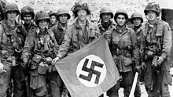 La 101, tras capturar una bandera alemana - ABC