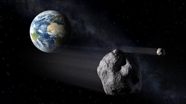 El blanco es una pareja de asteroides llamada Didymos. Y el objetivo, demostrar si estamos, o no, preparados para desviar de su trayectoria un asteroide en ruta de colisión contra la Tierra. Para ello, las agencias espaciales europea y norteamericana, ESA y NASA, se han unido para llevar a cabo una misión sin precedentes en toda la historia espacial. Tras las siglas AIDA (Asteroid Impact and Deflection Assessment) se esconde, en efecto, el mejor plan de defensa planetaria ideado hasta la fecha para evitar el catastrófico impacto de una roca espacial contra nosotros. Está previsto que AIDA reciba luz verde este mismo mes de diciembre. Por eso, las numerosas empresas implicadas, entre ellas varias españolas, están ya culminando los trabajos de definición detallada de las diferentes fases de esta histórica misión. Se trata de una carrera contra reloj, ya que Didymos no espera. En estos momentos, en efecto, los dos asteroides se dirigen a toda velocidad hacia nosotros, y en el año 2022 se encontrarán a solo 11 millones de km. de la Tierra. Será en ese, y solo en ese momento, cuando estén lo suficientemente cerca como para realizar la prueba, de modo que no hay ni un minuto que perder. AIDA será, pues, la primera demostración real de la técnica de impacto cinético para cambiar la trayectoria de un asteroide en el espacio. La misión consta de dos naves independientes, la DART (Double Asteroid Redirection Test), de la NASA, y la AIM (Asteroid Impact Mission) de la ESA. Las dos deberán poner a prueba las tecnologías desarrolladas en ambos continentes para desviar asteroides potencialmente peligrosos. Por eso, el principal objetivo de AIDA es el de demostrar y medir los efectos de un impacto directo contra un pequeño asteroide, y determinar si es suficiente como para desviarlo de su rumbo. El blanco elegido para la demostración es sistema binario de asteroides Didymos, que consiste en una roca principal de unos 800 metros de diámetro y otra secundaria, de 150 metros, que orb