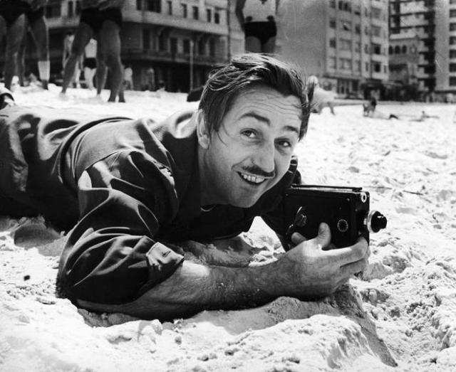 Walt Disney posa en la playa de Copacabana en Río de Janeiro (Brasil). HART PRESTON / GETTY IMAGES