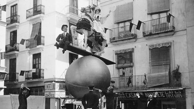 Valencia, marzo de 1917. Falla levantada en la plaza de Collado que logró el primer premio - VICENTE BARBERÁ